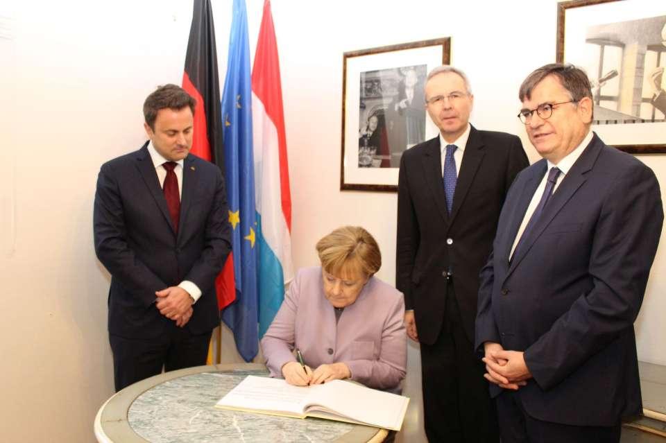 Madame Merkel lors de la signature du livre d'or
